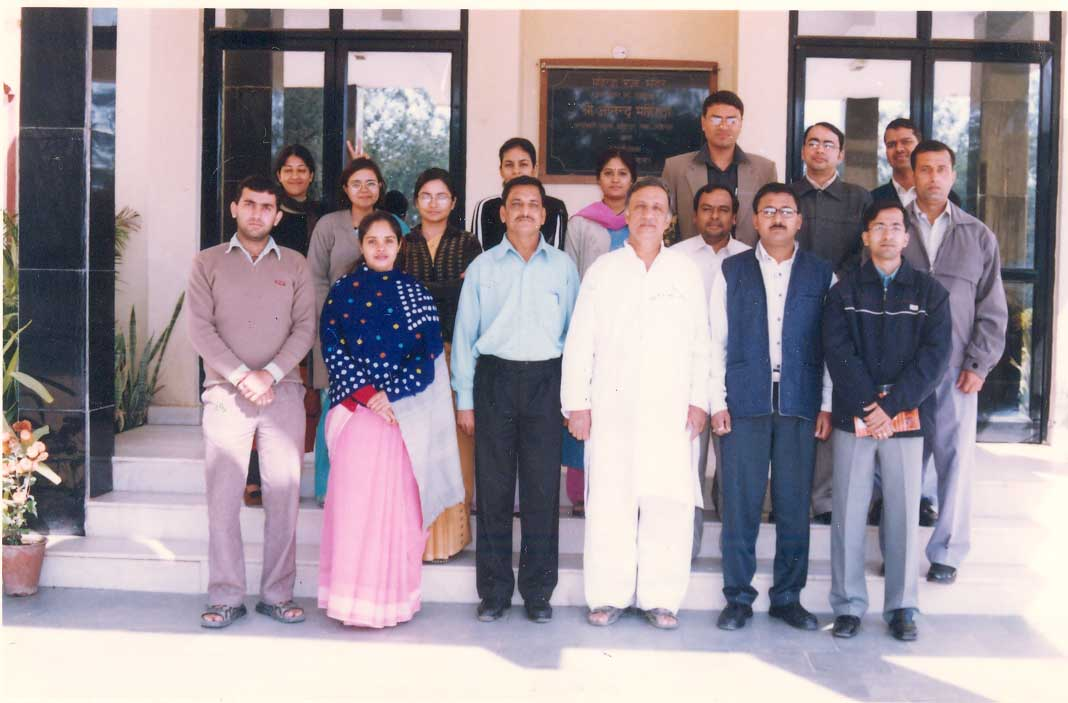 Prof. Siddarth Shastri with the participants of CASE Writing Workshop (2005)