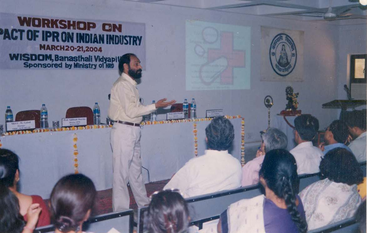 C.M. GAIND of NRDC interacting during the workshop on 'Impact of IPR on Indian Industry' (2004)